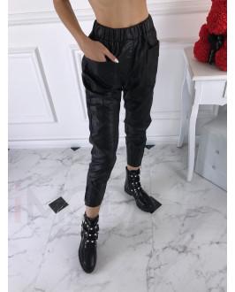 Trendy čierne koženkové nohavice s vreckami