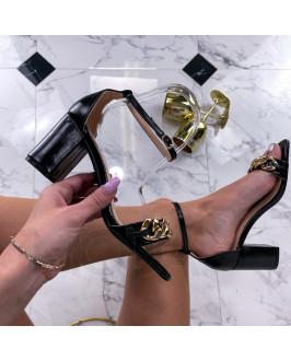 Čierne sandále s ozdobou