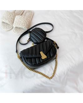 Čierna trendy kabelka s kapsičkou