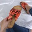 Oranžové šľapky s hadím vzorom