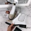 Biele kotníkové čižmičky s vybíjancami